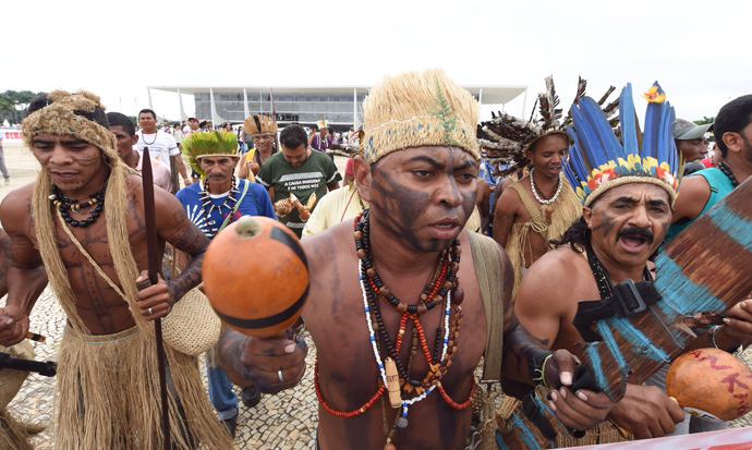 Brazilian natives from different ethnic groups protest in front of the Planalto palace, the official workplace of Brazil's Presidency in Brasilia on May 27, 2014 (AFP Photo / Evaristo SA)