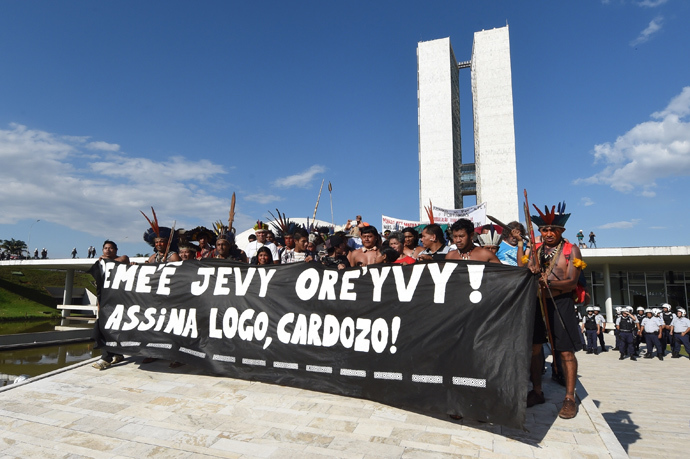 Brazilian natives from different ethnic groups protest in front of the National Congress in Brasilia on May 27, 2014 (AFP Photo / Evaristo SA)