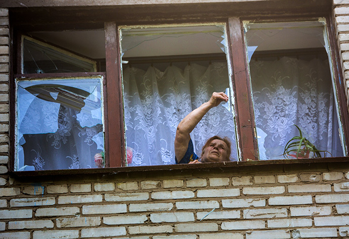 A woman whose building's courtyard was hit by artillery fire, in Slaviansk on May 28, 2014 (RIA Novosti / Andrey Stenin)