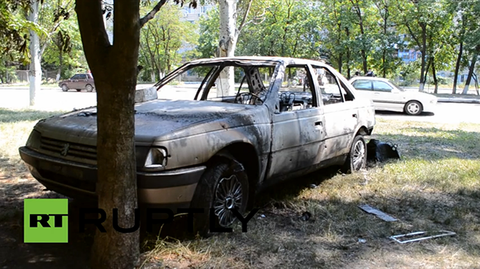 A car destroyed in a mortar shell explosion in Slavyansk, May 28, 2014. (A screenshot from Ruptly video)