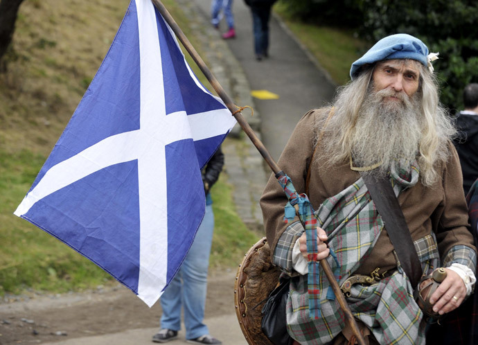 A Pro-independence supporter wearing a kilt holds the Scottish flag as people gather for a rally in Edinburgh (AFP Photo / Andy Buchanan)