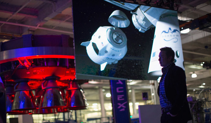 SpaceX CEO Elon Musk (R) introduces a video after unveiling the Dragon V2 spacecraft in Hawthorne, California May 29, 2014. (Reuters / Mario Anzuoni)
