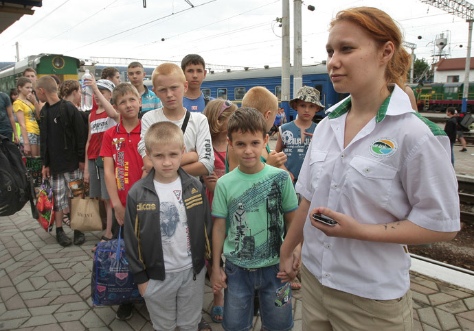 Children from Slavyansk going on holiday to Artek camp have arrived in Simferopol. (RIA Novosti / Taras Litvinenko)