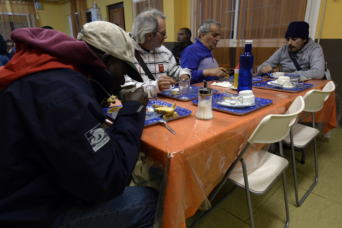 People have breakfasts at a soup kitchen in Barcelona. (AFP Photo/Lluis Gene)