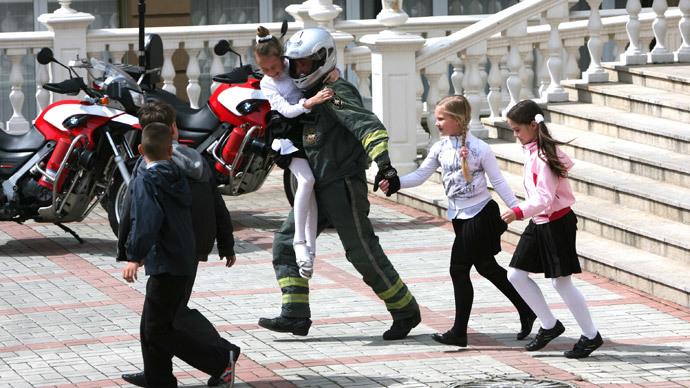Slavyansk kids and women cross Russian border on foot after Ukraine seizes bus