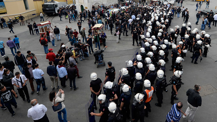 Turkish riot police officers block access to Taksim square on May 31, 2014, during the one year anniversary of the Gezi park and Taksim square demonstrations.(AFP Photo / Bulent Kilic )