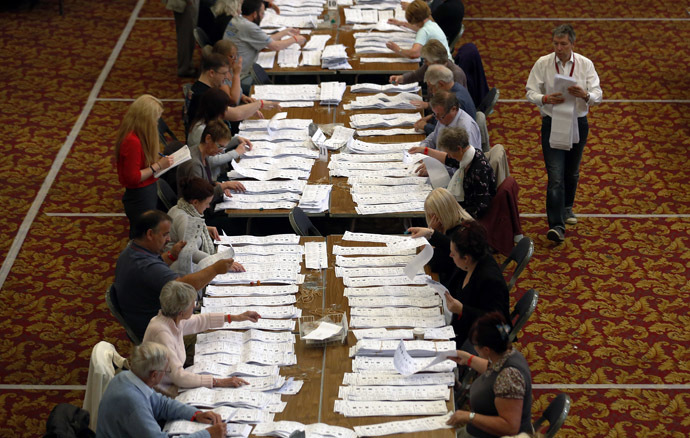 European Parliamentary election ballot papers, from the local area, are prepared to be counted, in Southampton, southern England May 25, 2014. (Reuters/Luke MacGregor)