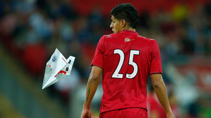 Best shot ever? Fan hits Peru player with paper plane during WC friendly (VIDEO)