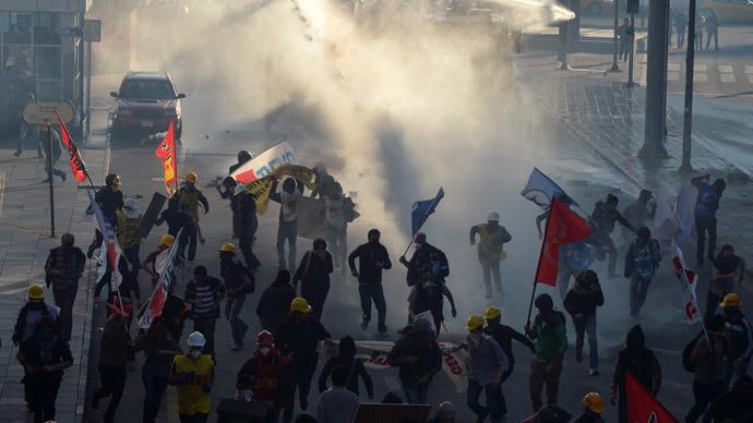 Turkish police shoot tear gas, water cannon at Ankara protesters (PHOTOS)