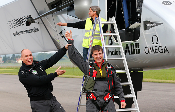 Solar Impulse co-founder Bertrand Piccard (L) congratulates German test pilot Markus Scherdel after its maiden flight with the solar-powered Solar Impulse 2 aircraft at its base in Payerne on June 2, 2014 (AFP Photo / Denis Balibouse)