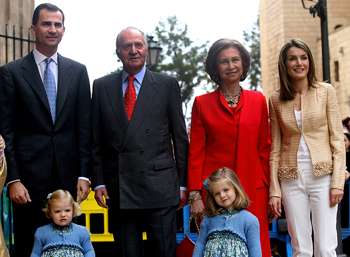 A file photo taken on April 12, 2009 shows (fromL) Spanish Crown Prince Felipe, his father King Juan Carlos I, his mother Queen Sofia, his wife Princess Letizia, and his two daugthers Sofia and Leonor (down) posing for a family photo before the traditional Easter Mass of Resurection in Palma de Mallorca (AFP Photo)
