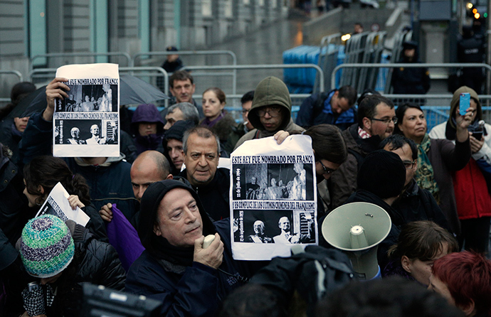 "People attend the ""Jaque al Rey"" (Checkmate the King) protest, demanding for the end of the Spanish monarchy and the installation of the Republic, near the Spanish parliament in Madrid March 29, 2014 (Reuters / Andrea Comas)"