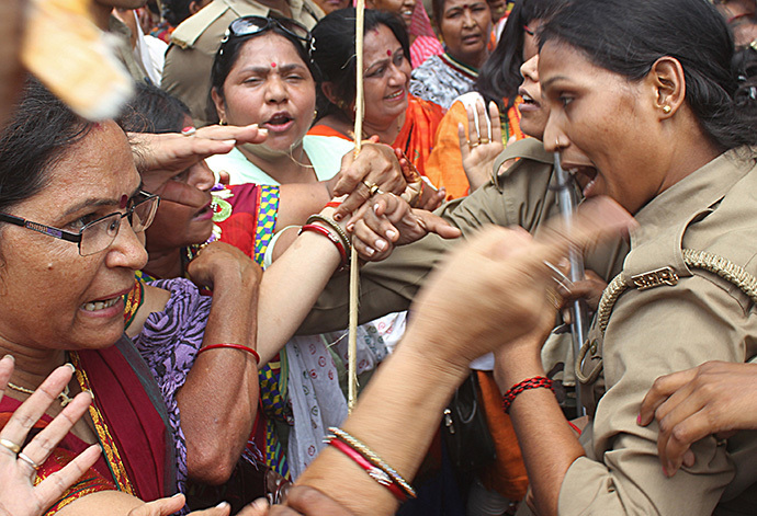 Indian Bharatiya Janata Party (BJP) demonstrators argue with policewomen during a protest against the recent gang-rape and murder of two girls, in Lucknow on June 2, 2014. (AFP Photo / Str)