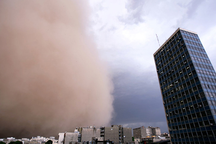 A sandstorm engulfs Tehran on June 02, 2014. (AFP Photo / Farhad Kabar Kohian)