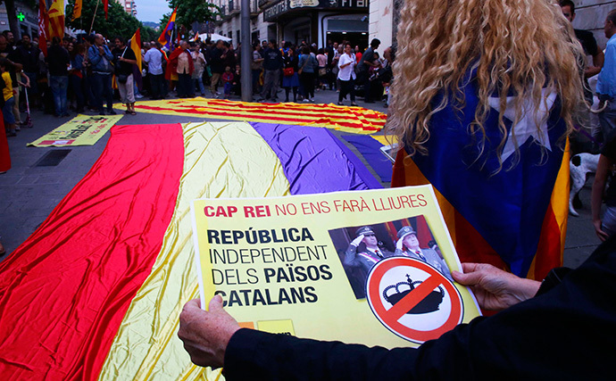 A woman holds a placard during a protest against the monarchy and in favour of the Republic, in front of City Hall in Mataro near Barcelona, June 2, 2014 (Reuters / Gustau Nacarino)