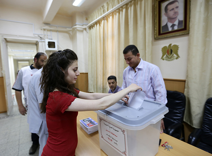 A Syrian woman casts her ballot as she votes in presidential election on June 3, 2014 at Bassel al-Assad school turned into a polling station in central Damascus (AFP Photo / Louai Beshara)