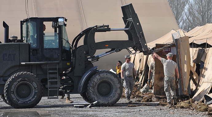 US servicemen use a lift truck as they dismantle the tent camp at the US transit center in Manas, 30 kilometers outside Kyrgyzstan's capital Bishkek on March 6, 2014 (AFP Photo / Vyacheslav Oseledko)