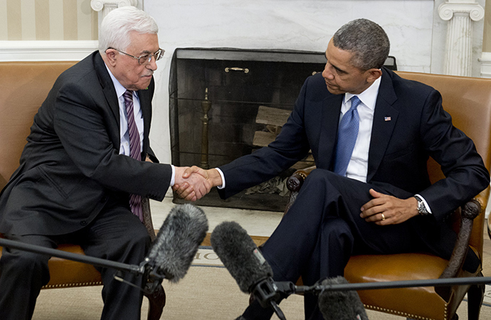 US President Barack Obama(R) and Palestinian President Mahmud Abbas shake hands during meetings in the Oval Office of the White House in Washington, DC, March 17, 2014 (AFP Photo / Saul Loeb)