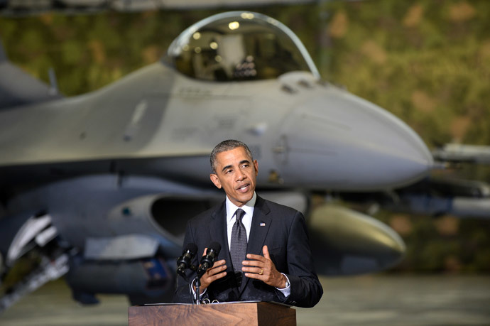 US President Barack Obama addresses US and Polish airmen in front of a F-16 fighter jet in a hangar at Warsaw Chopin Airport, Poland, on June 3, 2014. (AFP Photo / Janek Skarzynski)