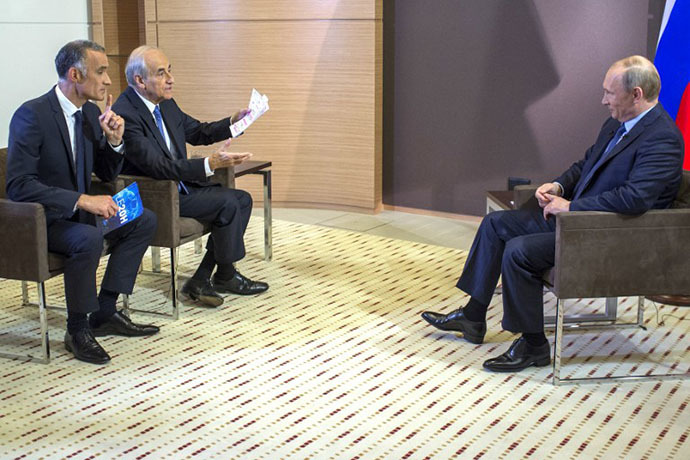 Russia's President Vladimir Putin (R) listens to French journalist Gilles Bouleau (L) and Jean-Pierre Elkabbach during an interview with French media TF1 and Europe 1, in Sochi on June 4, 2014 (AFP Photo / RIA Novosti / Alexei Nikolsky)