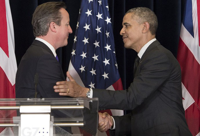 US President Barack Obama (R) and British Prime Minister David Cameron shake hands during a joint press conference during the G7 Summit at the European Council in Brussels, on June 5, 2014. (AFP Photo / Saul Loeb)