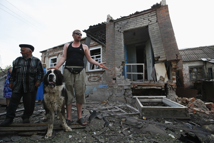Local residents gather outside a house following what locals say was recent shelling by Ukrainian forces in the village of Semenovka, on the outskirts of Slavyansk, eastern Ukraine May 23, 2014. (Reuters/Maxim Zmeyev)