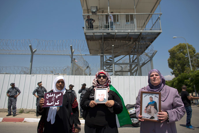 Palestinian activists hold placards during a protest outside the Israeli run Ayalon prison in Ramle, near Tel Aviv, calling for the release of Palestinian prisoners (AFP Photo / Ahmad Gharabli)