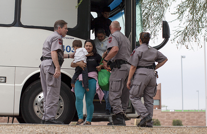 Migrants, consisting of mostly women and children, disembark from a U.S. Immigration and Customs Enforcement (ICE) bus at a Greyhound bus station in Phoenix, Arizona May 29, 2014. (Reuters / Samantha Sais)