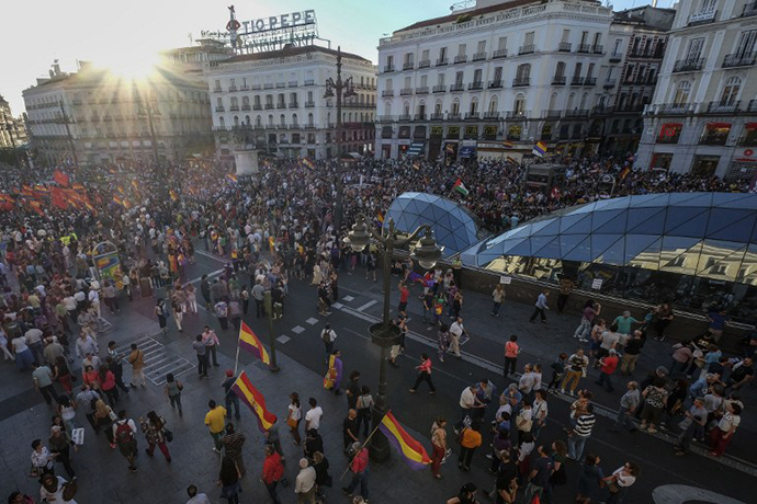 Protesters take part in a demonstration to demand a referendum on the monarchy following the abdication of King Juan Carlos, at the Puerta del Sol square in Madrid on June 7, 2014. (AFP Photo / Pedro Armestre)