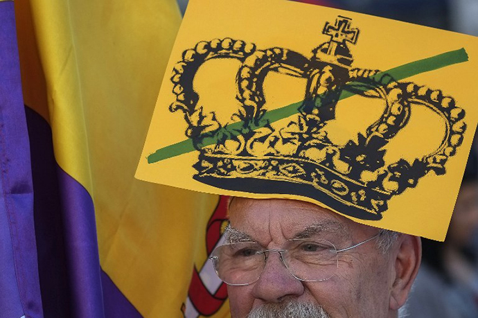 A protester takes part in a demonstration to demand a referendum on the monarchy following the abdication of King Juan Carlos, in Madrid on June 7, 2014. (AFP Photo / Pedro Armestre)