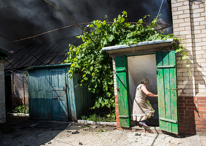 Residents of Slavyansk during a heavy artillery shelling of their city on June 7, 2014. (RIA Novosti / Andrey Stenin)
