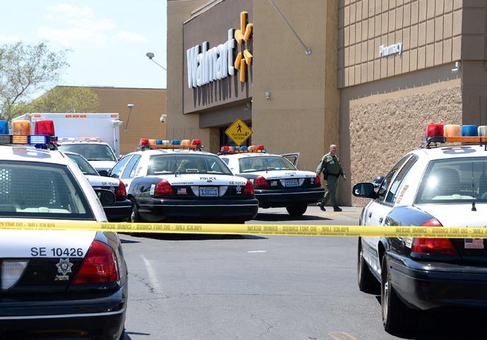 Las Vegas Metropolitan Police Department officer walks outside a Wal-Mart on June 8, 2014 in Las Vegas, Nevada.(AFP Photo / Ethan Miller)