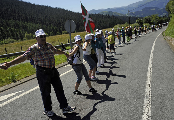 "People form part of a human chain in Kanpazar mountain next to the Basque village of Mondragon northern Spain on June 8, 2014 during a protest action to call for a referendum on self determination organised by ""Gure esku dago"" (It's in our hands). (AFP Photo)"