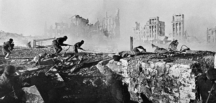 Soviet soldiers attack house in Stalingrad. February 1943 (RIA Novosti/Zelma)
