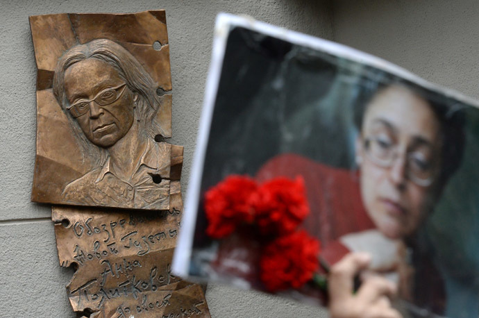 The memorial plaque for journalist Anna Politkovskaya has been unveiled on the facade of Novaya Gazeta office in Moscow. (RIA Novosti/Maksim Blinov)