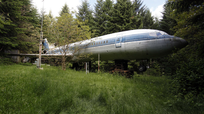 The Boeing 727 home of Bruce Campbell is seen in the woods outside the suburbs of Portland, Oregon May 21, 2014. (Reuters/Steve Dipaola)