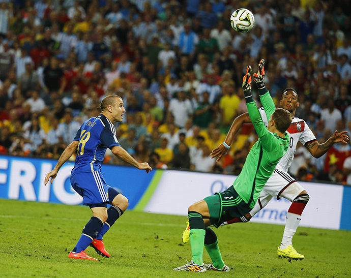 Argentina's Rodrigo Palacio (L) shoots but fails to score a goal past Germany's goalkeeper Manuel Neuer during extra time in their 2014 World Cup final at the Maracana stadium in Rio de Janeiro July 13, 2014. (Reuters / Kai Pfaffenbach)