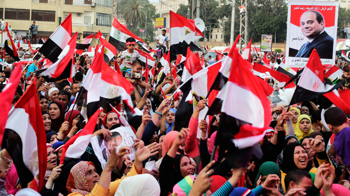 Egyptians celebrate after the swearing-in ceremony of President elect Abdel Fattah al-Sissi, in front of the Presidential Palace in Cairo, June 8, 2014 (Reuters / Asmaa Waguih)