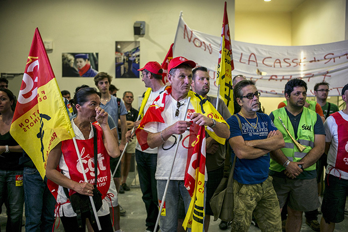 SNCF employees demonstrate at Lyon-Perrache railway station in Lyon on June 12, 2014, the second day of a national strike by French SNCF railway company employees. (AFP Photo / Jeff Pachoud)