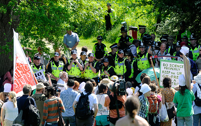 Police officers prevent anti-GM demonstrators from reaching land surrounding Rothamsted Research in Harpenden, southern England (Reuters / Paul Hackett)