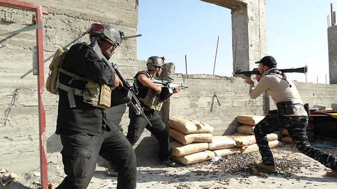 Armed Iraqi security forces personnel take their positions during clashes with the al Qaeda-linked Islamic State of Iraq and the Levant (ISIL) in the city of Ramadi, May 17, 2014 (Reuters / STR)