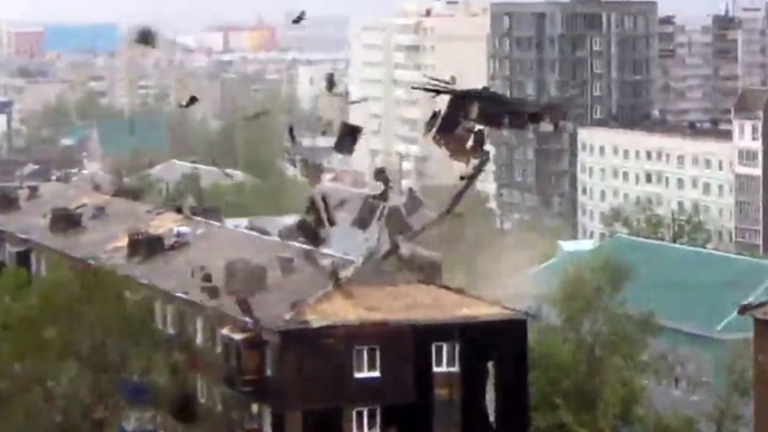 Powerful hurricane tears roofs off, trees out in Russia's Far East (VIDEOS)