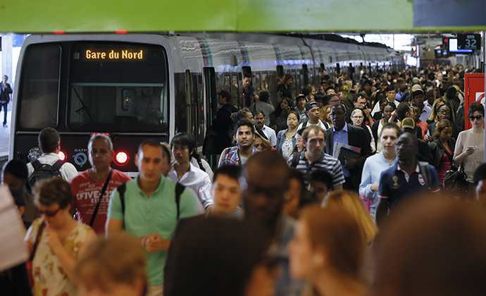 People crowd a platform after a commuter train arrived at the Gare du Nord railway station during a nationwide strike by SNCF employees in Paris June 13, 2014. (Reuters / Gonzalo Fuentes)