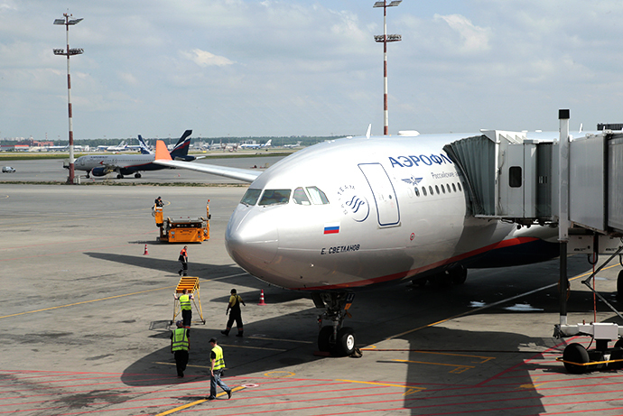 An Aeroflot passenger plane due to depart to Cuba stands parked at a terminal of Moscow's Sheremetyevo airport, June 24, 2013. (Reuters / Tatyana Makeyeva)