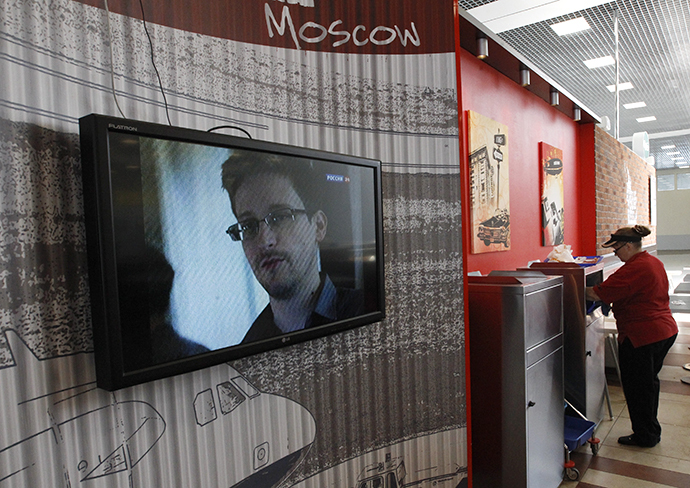A television screens the image of former U.S. spy agency contractor Edward Snowden during a news bulletin at a cafe at Moscow's Sheremetyevo airport June 26, 2013. (Reuters / Sergei Karpukhin)
