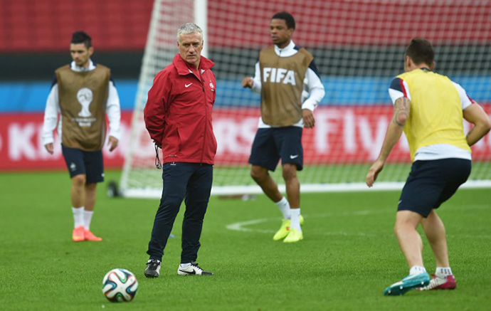 France's coach Didier Deschamps (C) takes part in a training session at the Beira-Rio Stadium in Porto Alegre on June 14, 2014. (AFP Photo / Rodrigo Arangua)