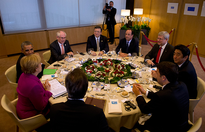 A working dinner at the G7 summit at the European Council headquarters on June 4, 2014 in Brussels (AFP Photo)
