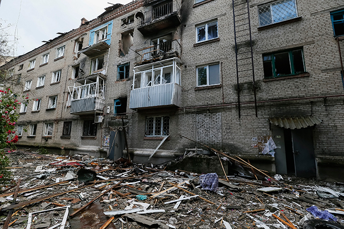 A destroyed house following what locals say was overnight shelling by Ukrainian forces is seen in the eastern Ukrainian town of Slavyansk June 10, 2014 (Reuters / Gleb Garanich)