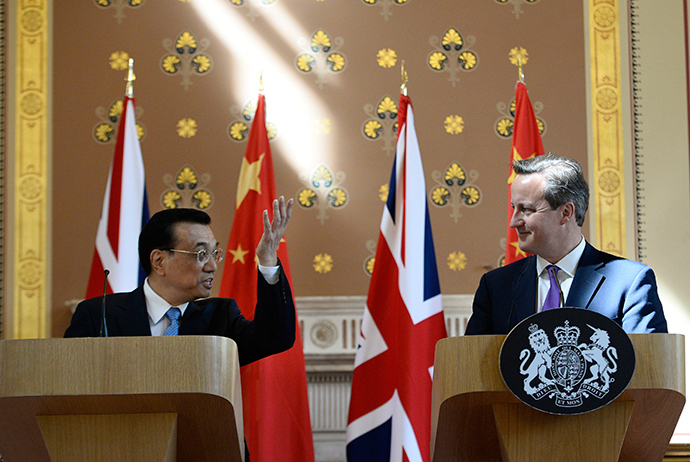 Chinese Premier Li Keqiang (L) speaks with Britain's Prime Minister David Cameron during a news conference at the Foreign Office in London June 17, 2014 (Reuters / Facundo Arrizabalaga)