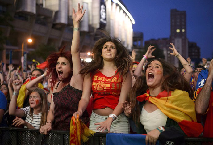 Spain fans react as they watch the FIFA World Cup 2014 football match between Spain and Chilli in Brazil, on a large screen in Madrid on June 18, 2014. (AFP Photo / Dani Pozo)
